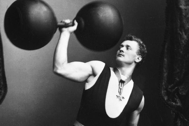 АТЛЕТИЧЕСКИЕ СНАРЯДЫ: С ДРЕВНОСТИ ДО НАШИХ ДНЕЙ Кажется, нет такого человека, который не хотел бы иметь недюжинную силу и красивое телосложение. Для этой цели основным спортивным снарядом служит