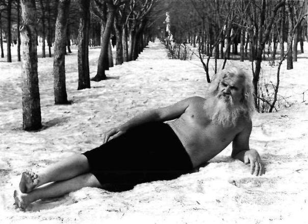 Для того, чтобы быть здоровым, нужны холод, голод и движение А вся цивилизация стремится к теплу, сытости и покою. Люди всё делают для того, чтобы быстрее умереть. Порфирий