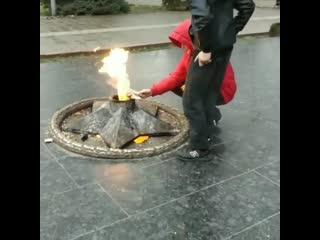 """Дагестанские подростки пожарили окорочка и станцевали на """"вечном огне"""""""