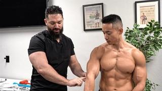 Korean Bodybuilder gets his painful ELBOW FIXED! 근육 척추 교정 지압 요법