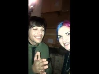 Louis saying hi to some fans!