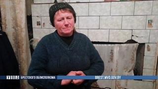 Женщина говорит слова благодарности сотрудникам милиции