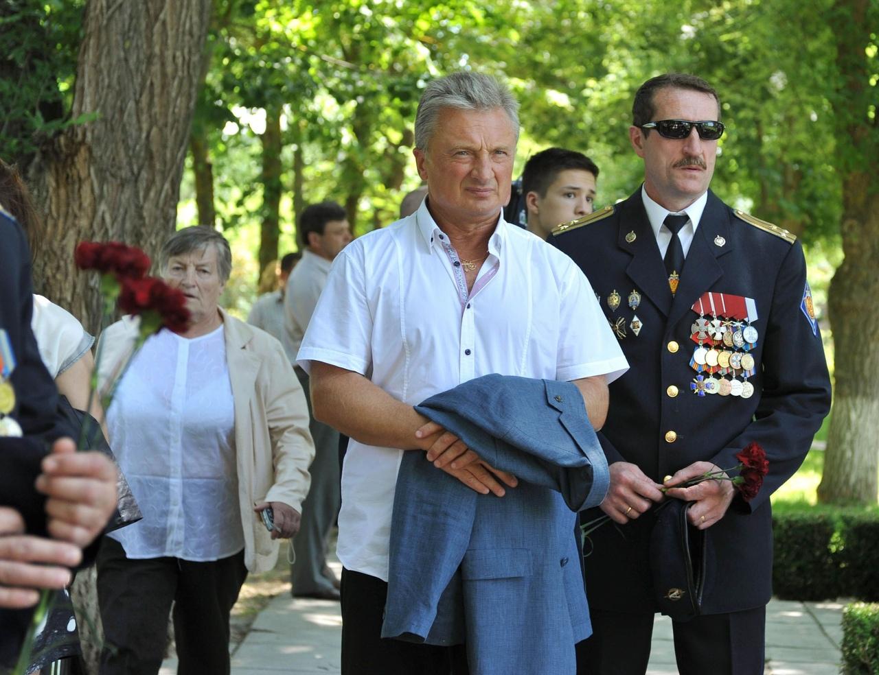 Полковник Юрий Дёмин (слева) во время штурма больницы получил тяжелейшую травму, но потом вернулся в строй. Фото Анны Ширяевой