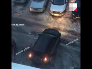 В дырявые дороги под Уфой провалились три автомобиля