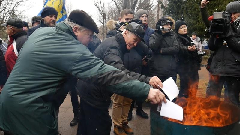 У Житомирі влаштували акцію протесту зі спалюванням платіжок за газ та піротехнікою