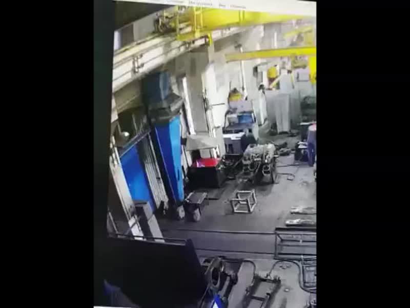 Погиб на работе  Мужчина заработался на заводе, из-за чего поскользнулся чуть ли не на ровном месте, а после и упал с 5-метровой