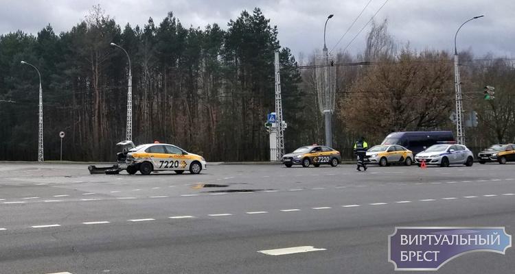 На перекрёстке у областной больницы произошло ДТП с участием авто такси