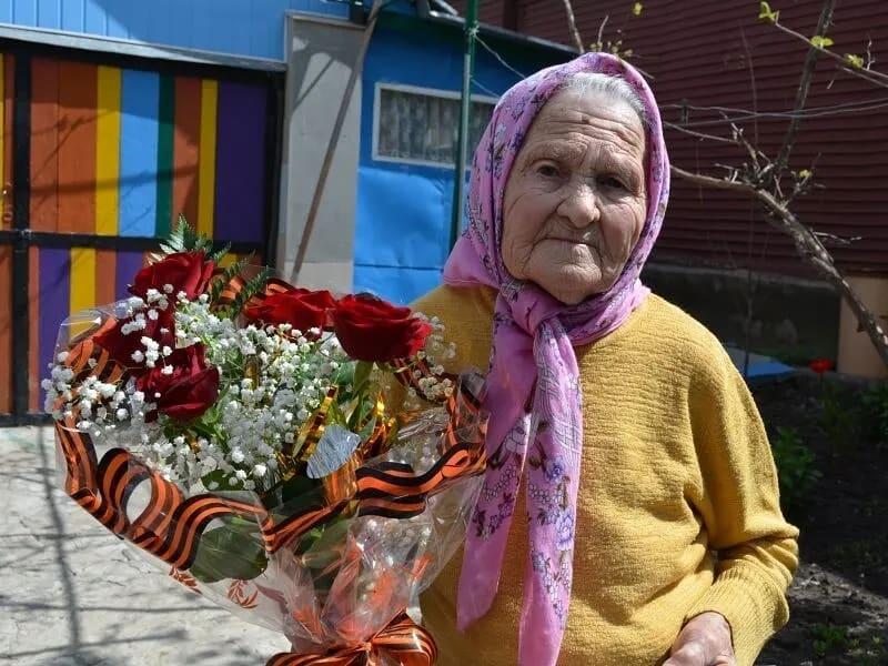 Сегодня поздравления с днём рождения принимает старейшая жительница Петровска - участница Великой Отечественной войны Аграфена Семёновна ВИНОКУРОВА.