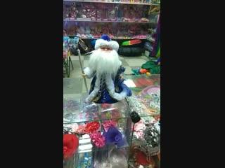Дед Мороз, хоть старенький,  Но шалит, как маленький:  Щиплет щеки, нос щекочет,  Ухватить за уши хочет.  Дед Мороз, в лицо не д