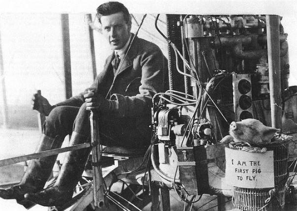 Первый летающий поросёнок в мире, 1909 г. Первый полёт с свиньёй на борту состоялся в Лейсдоуне (графство Кент, Англия) в 1909 году. Лорд Брабазон в компании свиньи пролетел на своём самолёте