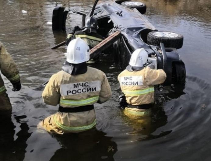 В КЧР «Лада Приора» улетела в реку Кубань