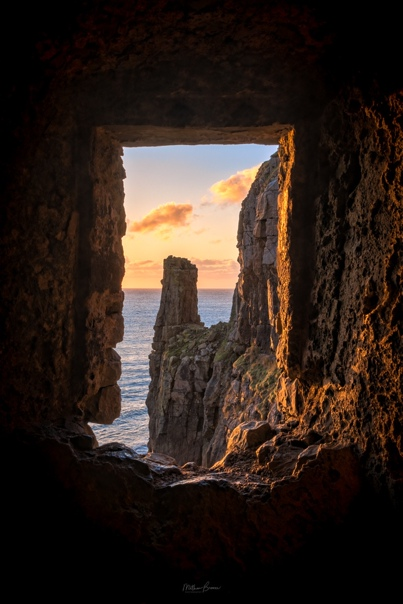 Восход солнца над часовней Святого Гована (Западный Уэльс)