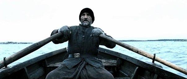 Рыбак перевозил на лодке одного человека.