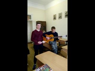 Сергей Ломок читает стихотворение собственного сочинения. Михин Иван аккомпанирует на гитаре. Девочки бурно реагируют :)