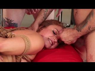 Die fettärschige Skylar Snow wird bei der BDSM-Session doggystyled