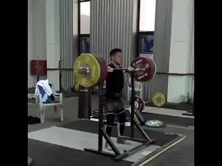 Олег Чен толкает со стойки 195 кг