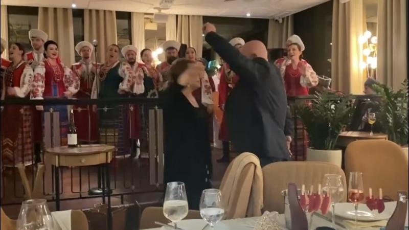 Родители танцуют на моем дне рождения