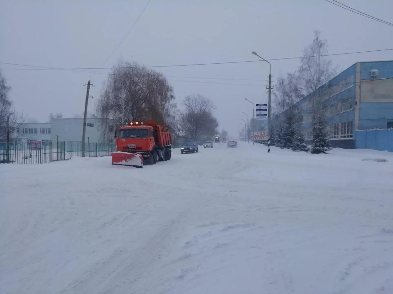 Техника городской коммунальной службы продолжает расчистку улиц Петровска от снега