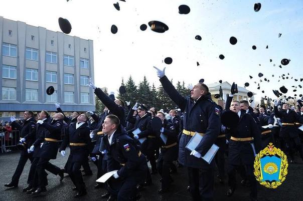 На днях почти 300 выпускников СВВАУЛ получат офице...