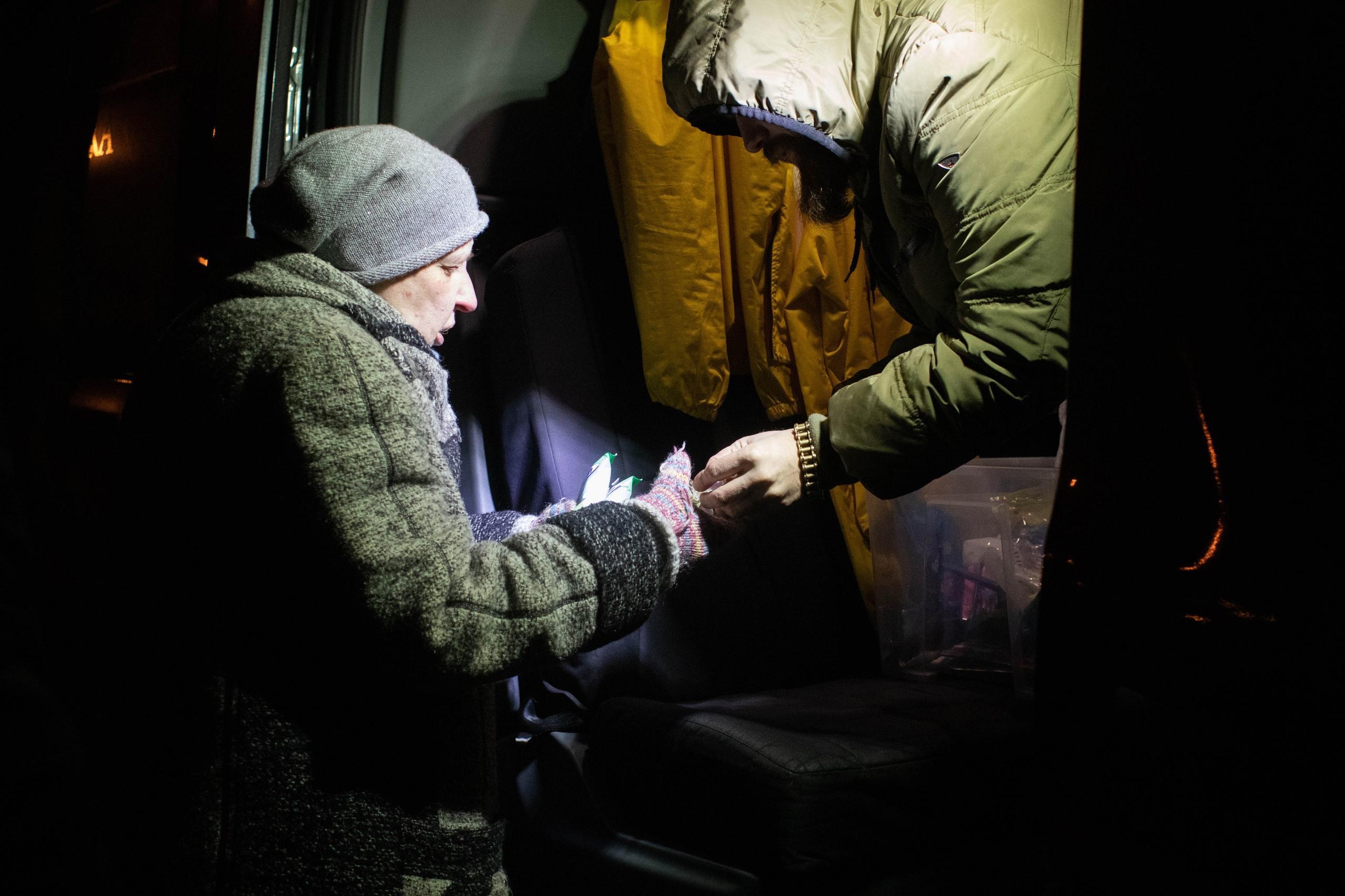 Восемь человек устроились на работу, восемнадцать — получили паспорт граждан РФ, а 954 человека не остались голодными: рассказываем, кому и как помогли в сентябре.