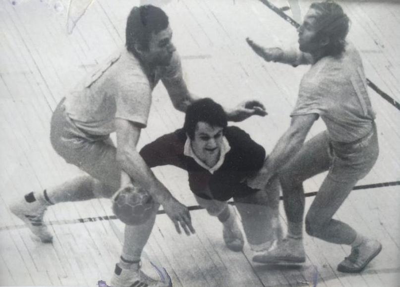 СКА — ЗИИ. Слева в защите Александр Резанов, в атаке Валерий Богдан