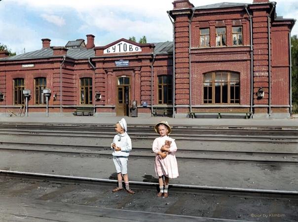 Юные жительницы дореволюционной России на станции ...