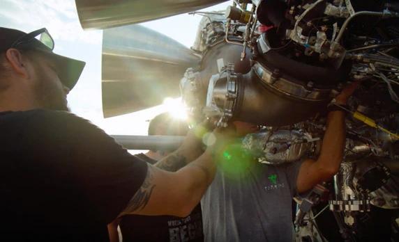 Сотрудники Firefly Aerospace устанавливают двигатели на испытательный стенд (изображение: Autodesk.сom)