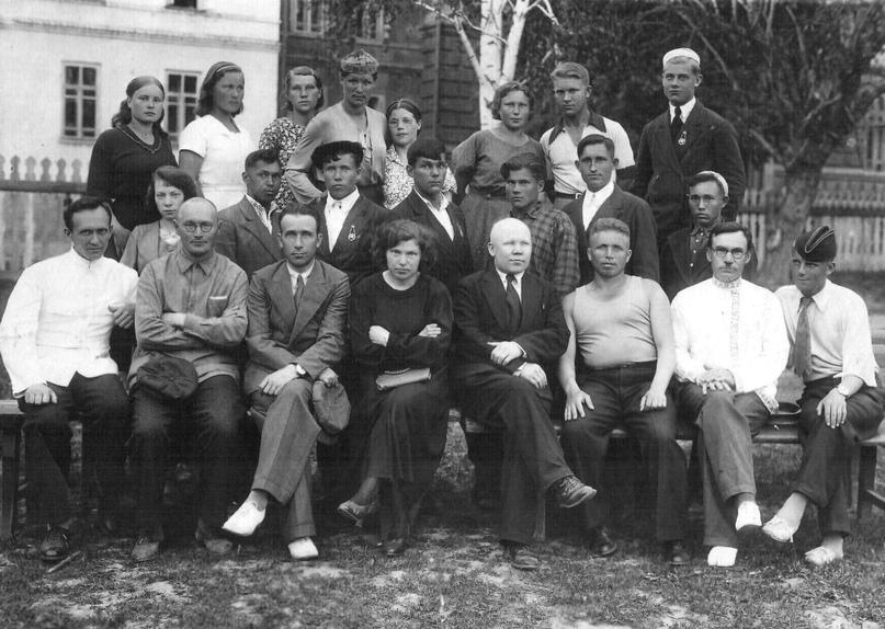 Группа студентов Глазовского педагогического училища с преподавателями.
