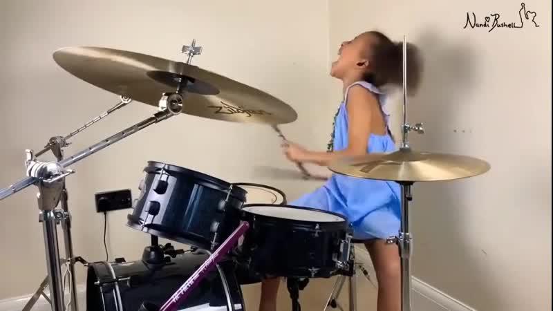 Юная барабанщица отжигает🔥