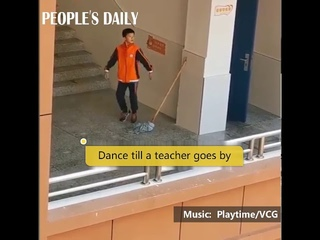 """Dance till a teacher goes by! A student from Xiaogan goes popular for his """"persistence"""" in dancing"""