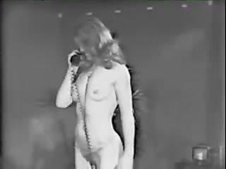 CMNF-видео с телевидения 1970-х годов – бродвейская актриса раздевается в прямом эфире продолжает интервью голой