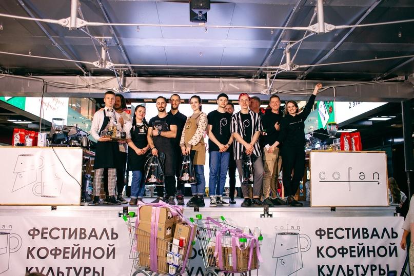 Участники соревнований и победитель (посередине)